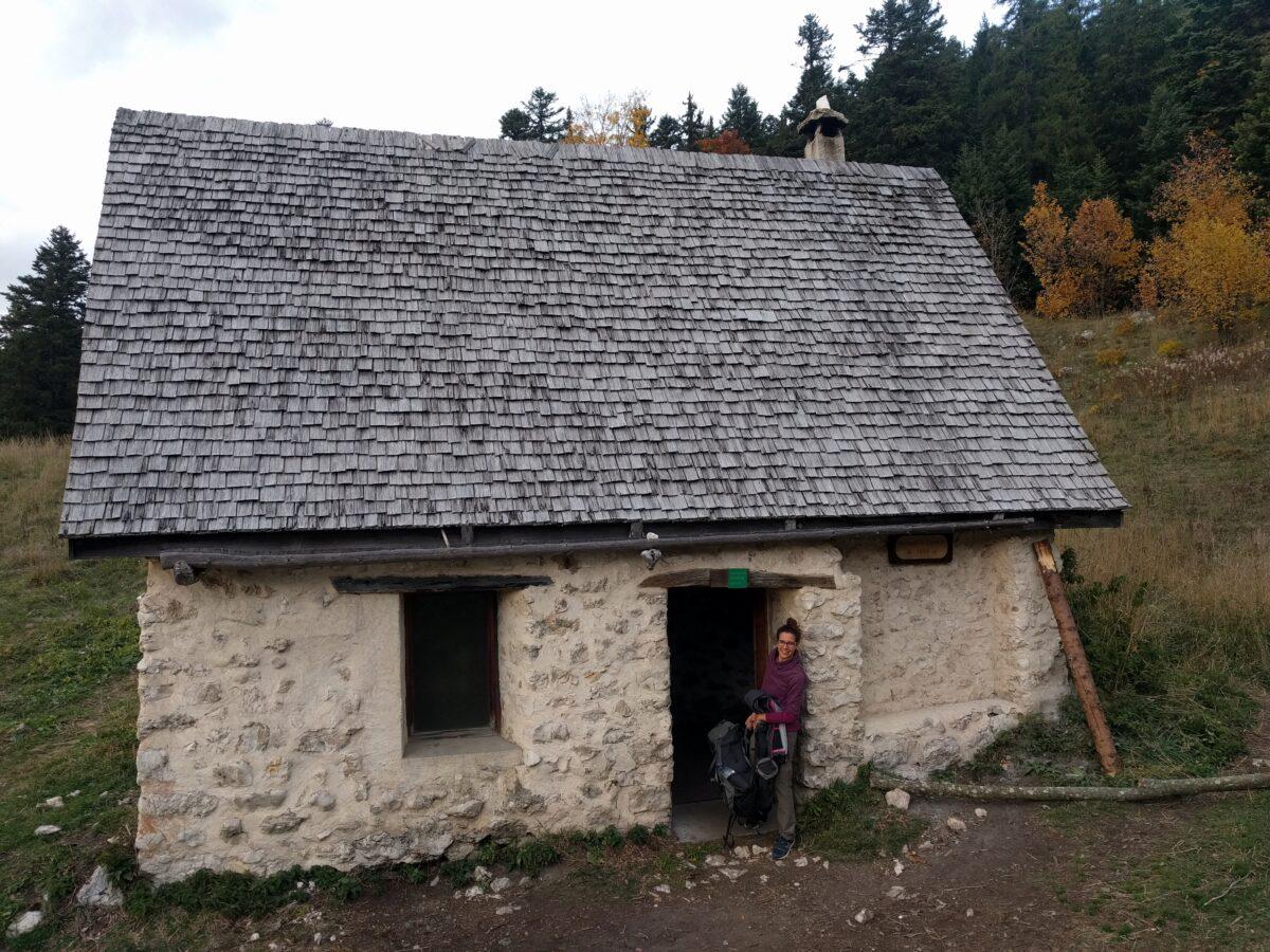 Chloé au seuil de la cabane de Carette.